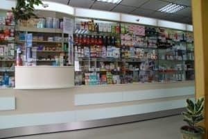 Аптечный прилавок, выстроенный из витрин