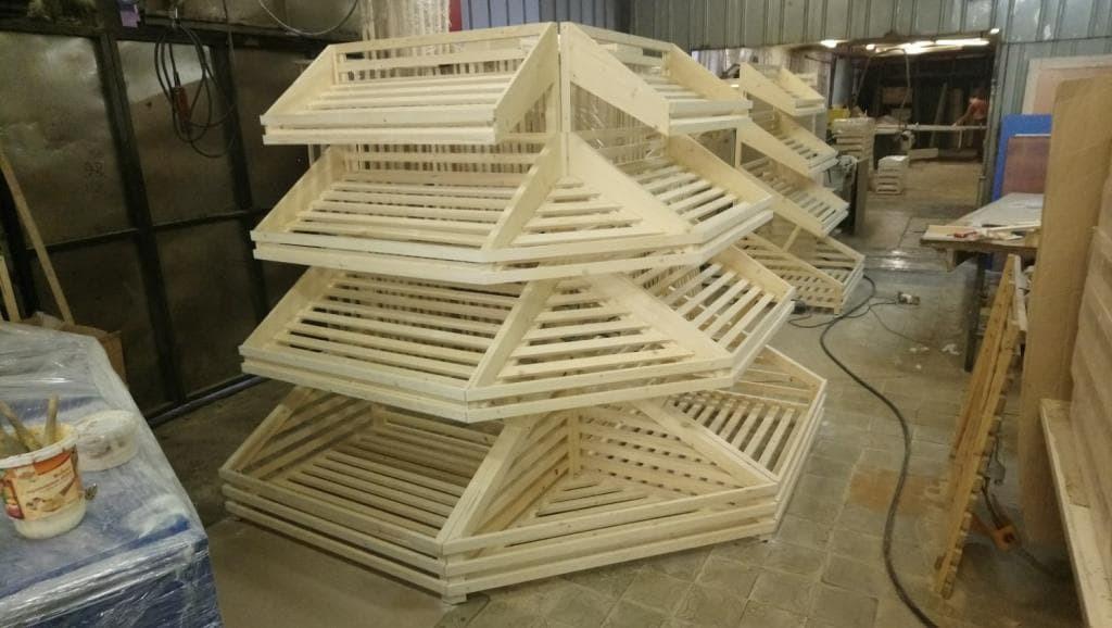 Угловой деревянный стеллаж для хлеба