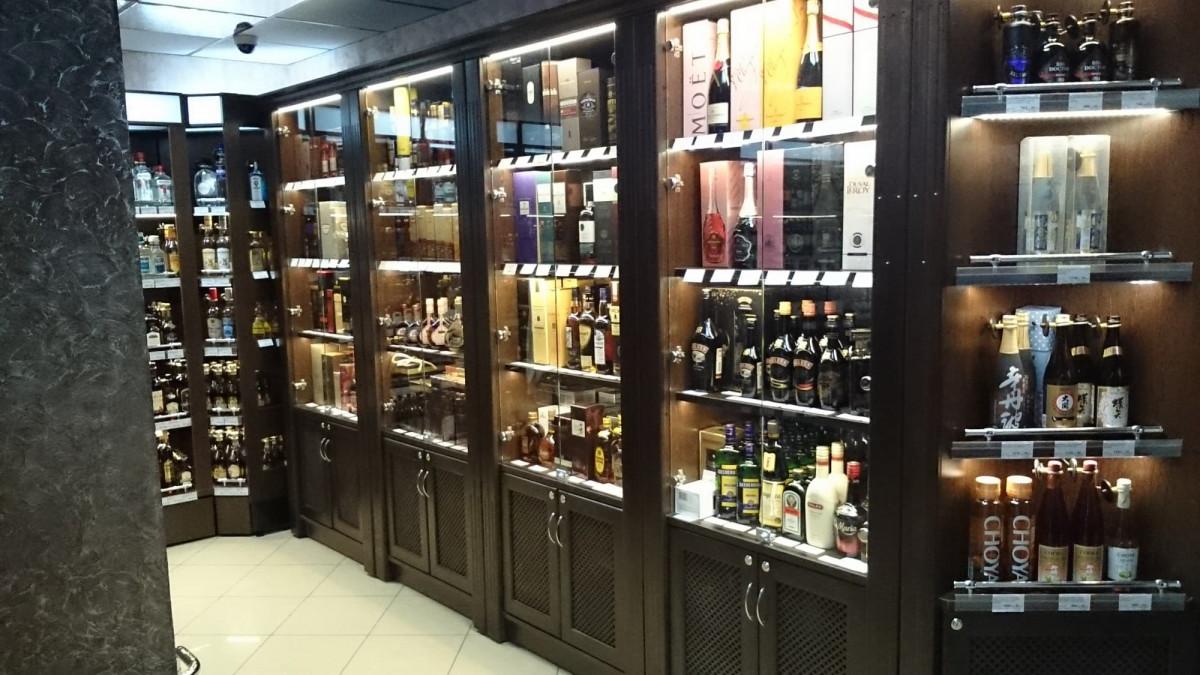 Шкаф для алкогольной продукции с подсветкой и фризом LD 001